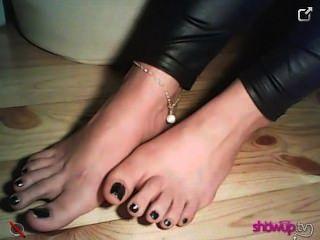 Znamiona mostra seus pés novos em meias de renda e sem eles