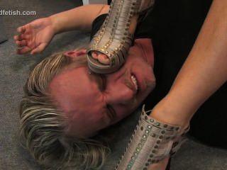 Menina alemã senta em seu escravo e domina-lo com os pés