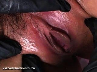 Escravo do sexo submisso japonês amarrado na gaiola de aço e atormentado por femdom