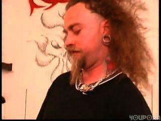 Slut cassandra chupa galo em loja de tatuagem