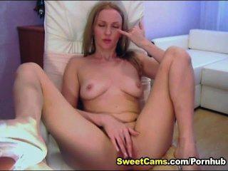 Adolescente loira cute esfrega seu clit até que ela orgasmo