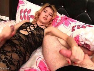 Ladyboy lisha masturbando