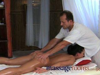 Salas de massagem bela jovem adolescente fica buraco apertado esticado por pau grande