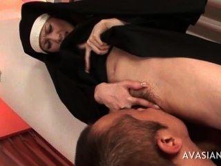 Bela asiática freira obtém seu bichano peludo lambido