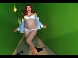 Glamour babe strippping fora de sua calcinha de algodão e calcinha nua