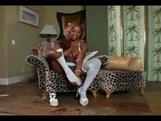 Ebony glamour babe strips e masturba-se em meias brancas e calcinha