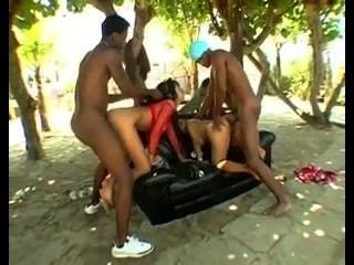 Duas putas brasileiras se fodam em um sofá ao ar livre