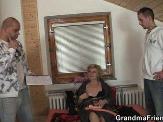 Brinquedos sexuais e duas torneiras para avó impertinente