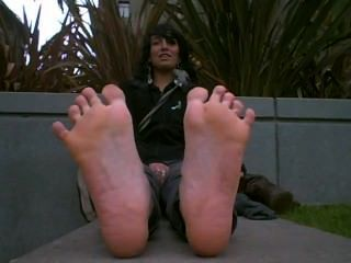 Linda garota com pés fedorentos quente fora de botas