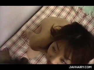 Jap pequena menina fica peluda cunt toyed e dá a sua primeira boquete