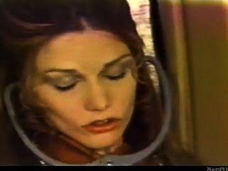 Menina lésbica retro no avião lamber um bichano passageiro sem permissão