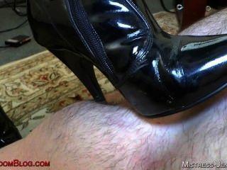 Riley em botas pretas bichano adoração e burro comer