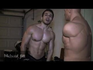 Mister michael fitt overcums um manequim de boxe