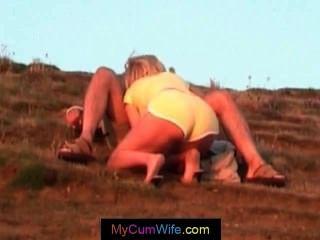 Mulher loira está dando a seu marido um blowjob pov e recebe cum
