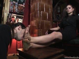Deusa sérvia lambendo o pé sujo