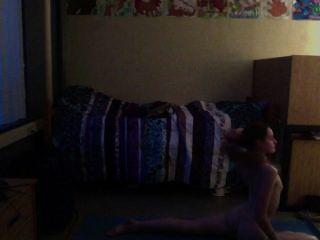Adolescente praticando yoga nu