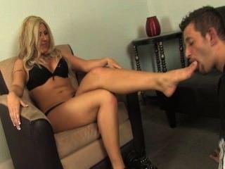 Escravos lambem os pés da senhora suja