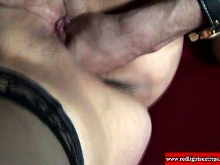 Verdadeira prostituta madura deepthroats um turista hard galo e adora