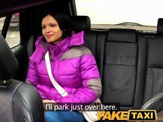 Faketaxi mulher com grandes tetas naturais passeios galo