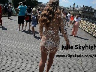 Julie skyhigh a paris: nu sob vestido transparant em público em saltos altos