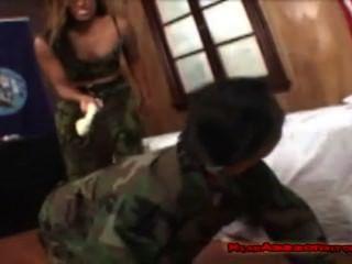 Adoração de menina do exército suado