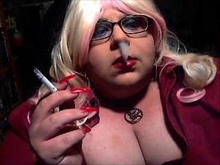 Tranny bimbo, óculos, fumaça