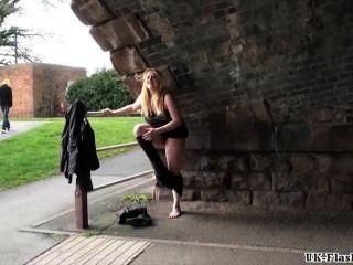 Loira babes masturbação público e pussy outdoor piscando de sexy amador