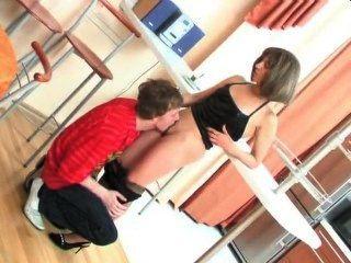 Mãe russa fodendo filho da etapa na cozinha
