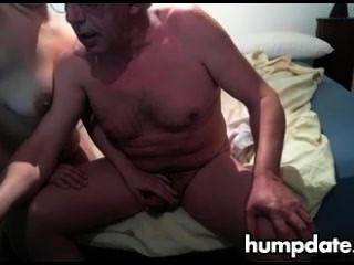 Velho cara recebe nice handjob por sua esposa