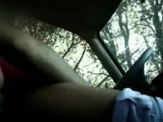 Caiu na net o vídeo amador da gostosinha galopando e segurando o volante do