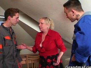 Ela oferece sua buceta como um pagamento