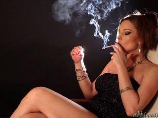 Abbie fumar sexy para todos vocês fãs!