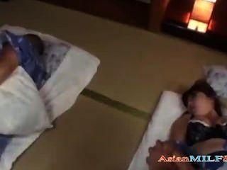 Milf em quimono dedos e fodido cum a mamas enquanto seu marido dormindo
