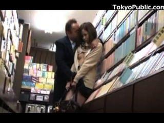 Japonesa colegiala sexo público na livraria