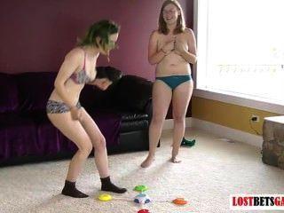 Duas crianças jogam um jogo de strip correspondem as cores