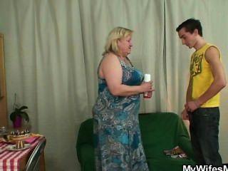 Mulher fica enfurecida quando o encontra traindo