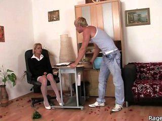 Ela toma foda áspera no escritório