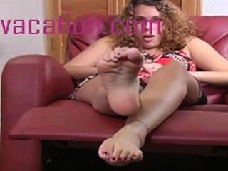 Mostrando fora seus pés perfeitos enquanto wiggles e se estende