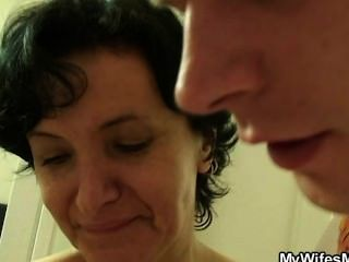 A esposa vai selvagem quando o encontra foder sua mamã