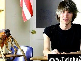 A cena gay quente casey novo Jones é dezoito anos velho e novo à pornografia