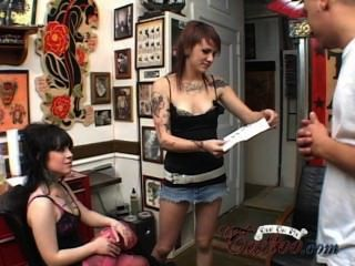 Trio com 2 meninas tatuadas anal e cum hardcore no meu trailer de tatuagem