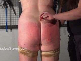 Chubby amateur bdsm e lesbian dominação de mousetrap mamilo torturado gordura