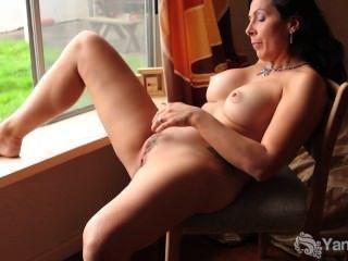 Horny slut esfrega seu bichano na frente da janela