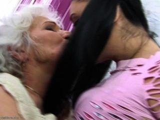 Ela ama sua avó tanto ...
