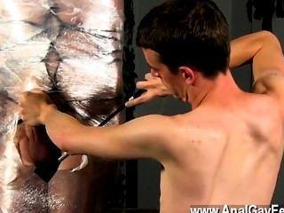 Gay twinks cristian está quase balançando, embalado em alça e shackled