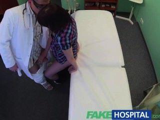 Fakehospital médico resolve paciente depressão através de sexo oral e fucking