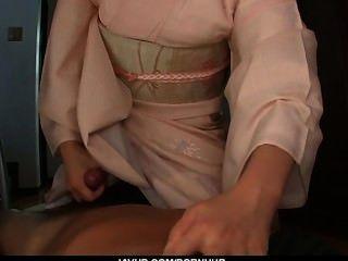 Teen marika dá um blowjob asiático pov e engole cum