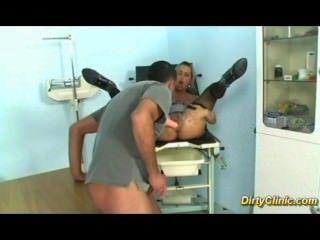 A prostituta horny fode seu ginecologista