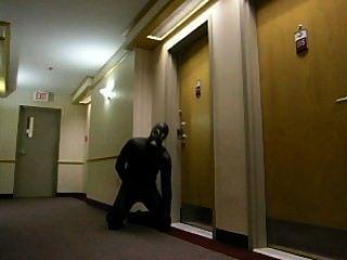 Horny frogman sneaks no hotel e invade um quarto de hotel