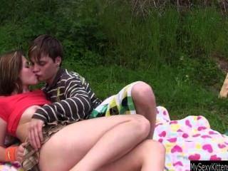 Adolescente bella obtém bichada fodida e jizzed ao ar livre